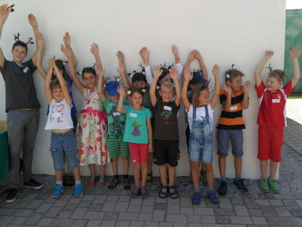 Kindergruppe in Aktion (Foto: Naturschutzzentrum Wurzacher Ried)